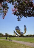 Floralis Generica metallisk skulptur som lokaliseras i plazaen de las Naciones Unidas, Avenida Figueroa Alcorta, av Autonoen Arkivfoton