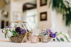 Florarium dourado com suportes de flores cor-de-rosa na tabela de jantar Weddi Fotografia de Stock Royalty Free