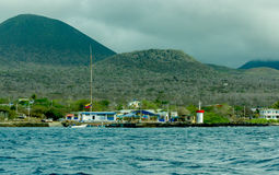 Floreana与山的海岛海湾在背景 库存照片