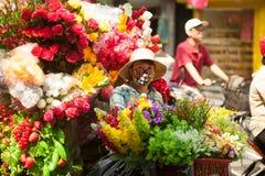 Florece al vendedor ambulante en la ciudad de Hanoi, Vietnam Imágenes de archivo libres de regalías