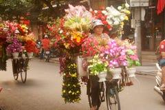 Florece al vendedor ambulante en la ciudad de Hanoi, Vietnam Imagen de archivo libre de regalías