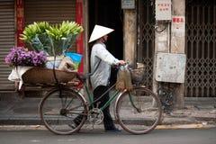 Florece al vendedor ambulante en la ciudad de Hanoi, Vietnam Imagenes de archivo