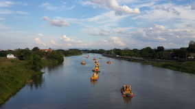 Florece el barco por el río Fotos de archivo libres de regalías