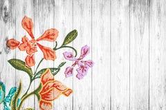 Florece el modelo de la tela en de madera viejo Fotos de archivo