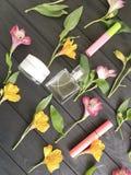 florece el modelo de madera negro del fondo del alstroemeria, cosméticos decorativos Foto de archivo libre de regalías