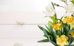 Florece la composición Capítulo hecho de las flores blancas en el fondo blanco Día del `s de la tarjeta del día de San Valentín E fotografía de archivo