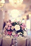 Florece la decoración en la tabla de la boda Imagen de archivo libre de regalías
