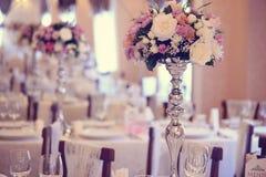 Florece la decoración en la tabla de la boda Imagenes de archivo