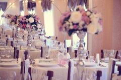 Florece la decoración en la tabla de la boda Imágenes de archivo libres de regalías