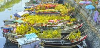 Florece los barcos en el mercado de la flor encendido a lo largo del muelle del canal Fotografía de archivo