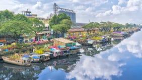 Florece los barcos en el mercado de la flor encendido a lo largo del muelle del canal Foto de archivo