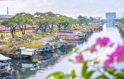 Florece los barcos en el mercado de la flor encendido a lo largo del muelle del canal Fotografía de archivo libre de regalías