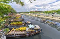 Florece los barcos en el mercado de la flor encendido a lo largo del muelle del canal Imagen de archivo