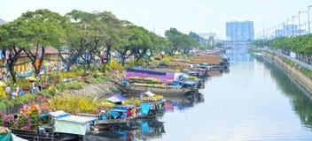 Florece los barcos en el mercado de la flor encendido a lo largo del muelle del canal Imagenes de archivo