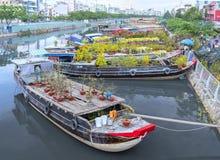 Florece los barcos en el mercado de la flor encendido a lo largo del muelle del canal Imagen de archivo libre de regalías