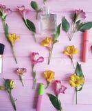 florece los cosméticos decorativos del modelo de madera rosado del fondo del alstroemeria Foto de archivo
