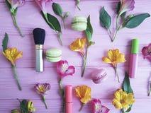 florece los cosméticos decorativos del modelo de madera rosado del fondo del alstroemeria, macaron Imágenes de archivo libres de regalías