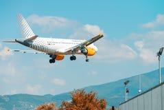 FLORENÇA - 2 DE SETEMBRO DE 2015: Terras do avião de Vueling em Peretola Imagens de Stock Royalty Free