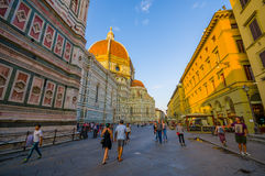 FLORENÇA, ITÁLIA - 12 DE JUNHO DE 2015: Grande rua no lado de Florence Cathedral, pessoa que anda em torno dos minutos antes Fotos de Stock Royalty Free