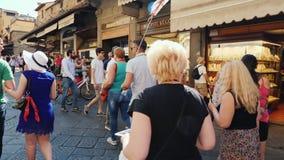 Florença, Itália, em junho de 2017: Grupo de turistas com um guia em uma excursão de Florença Andam ao longo de uma rua bonita filme