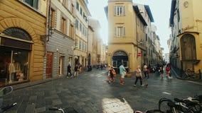 Florença, Itália, em junho de 2017: Ruas estreitas de Florença antes do por do sol Precipitação dos turistas e dos locals sobre s video estoque