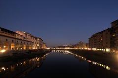 FLORENÇA, ITÁLIA - EM NOVEMBRO DE 2015: Arno River na noite, paisagem imagens de stock