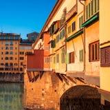 Florença, Itália - Ponte Vecchio sobre Arno River no por do sol flore fotografia de stock royalty free