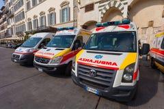 Florença, ITALIA 11 de setembro de 2016: Os carros da ambulância são estacionados no quadrado em Florença Fotografia de Stock