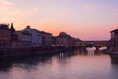 Florença, Toscânia/Itália 20 de fevereiro de 2019: o instantâneo da ponte do vechio do ponte tomado em cores bonitas da hora dour imagem de stock royalty free