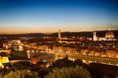 Florence, Arno River och Ponte Vecchio på gryning, Italien Royaltyfri Fotografi