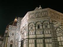 Florence Baptistery och domkyrkan av Santa Maria del Fiore på natten arkivbild