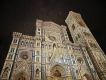 Florence Cathedral Duomo - di Santa Maria del Fiore de la basílica en la noche imagen de archivo libre de regalías