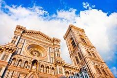 Florence Cathedral mit Giottos Glockenturm bei Sonnenuntergang auf Piazza Del Duomo in Florenz, Italien lizenzfreies stockbild