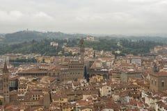 Florence cityscape med Palazzo Vecchio i dimman Arkivfoton