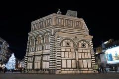 Florence, décembre 2018 : Arbre de Noël lumineux en Piazza del Duomo à Florence Baptistère sur le premier plan image libre de droits