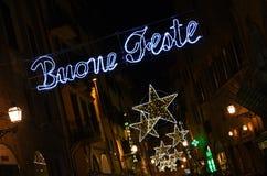 Florence 9 December 2017: De Lichtendecoratie van de Kerstmis Gelukkige Vakantie in het centrum van Florence Stock Afbeelding