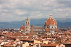 Florence - Di Santa Maria del Fiori de basilique avec la tour de Campa Image stock