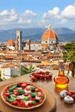 Florence domkyrka med pizza i Italien Royaltyfri Foto