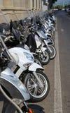 Florence, FI, Italië - Augustus 21, 2015: bromfietsenautopedden en moto royalty-vrije stock afbeelding