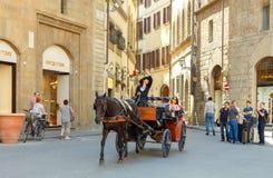 Florence Gå i den hästdragna vagnen till och med staden Royaltyfria Foton