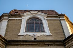 Florence, Italië - 22 April, 2018: bottom-up kijk op de kerk van San Lorenzo in de avond met halve maan boven het stock afbeeldingen
