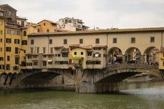 Florence, Italië - 23 April, 2018: mening over de brug van Ponte Vecchio over Arno-rivier stock afbeelding