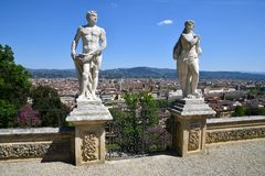 Florence, Itali? April 2019: Standbeelden bij Bardini-Tuin bij Boboli-Tuin en cityscape van Florence stock foto