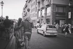Florence, 20 Italië-Juli, 2014 Een echtpaar met een kind op de schouders van vader gaat door de stad De Zwart-witte foto van Peki Royalty-vrije Stock Fotografie