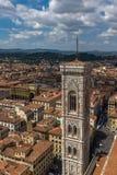 Florence, Italië, 28 Juli, 2017: Een vegende mening van de horizon en de daken van Florence met inbegrip van de klokketoren van G royalty-vrije stock afbeeldingen