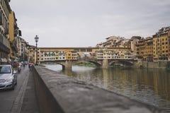 Florence, 20 Italië-Juli, 2014 Mening van de Gouden brug en de Arno-rivierdijk Stock Fotografie