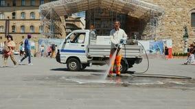 Florence, Italië, Juni, 2017: Een arbeider wast een straat in het centrum van Florence Het schoonmaken en het schoonmaken van str stock video