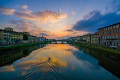 FLORENCE, ITALIË - JUNI 12, 2015: Het zonsonderganglicht maakt grote kleuren op Arno-rivier, Heilige Drievuldigheidsbrug bij de r Stock Fotografie