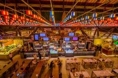 FLORENCE, ITALIË - JUNI 12, 2015: Mensen die en traditionele markt op Florence, traditioneel voedsel eten bezoeken perfect royalty-vrije stock afbeelding