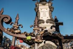 Florence, Italië - 16 Oktober 2017: Sloten op de omheining op bri royalty-vrije stock foto